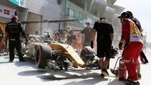 The burned car of Kevin Magnussen, Renault Sport F1 Team RS16 (3)
