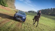 Maserati Levante frente a un caballo del Grand National