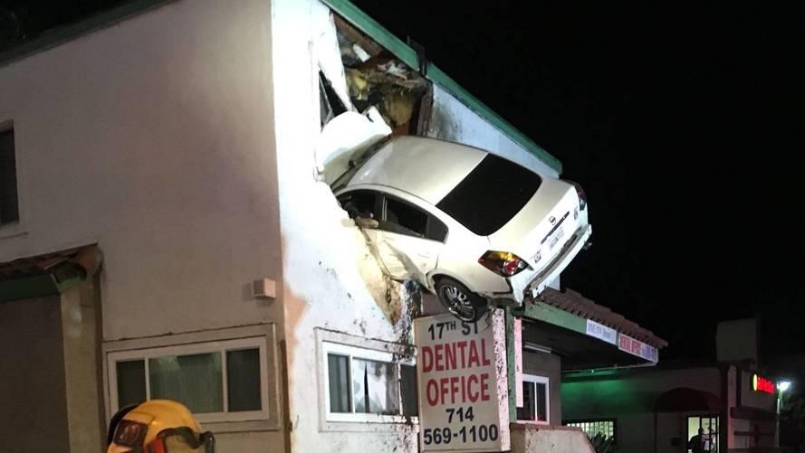 Ezt túltolta: egy fogászat első emeletére ugratott a Nissannal