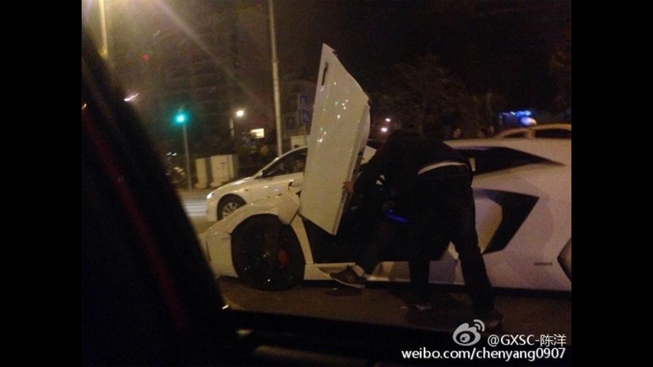 Chinês apressado detona Lamborghini Aventador contra um Mercedes GLK