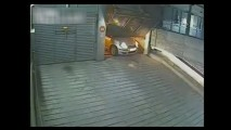 Vídeo: motorista azarado se dá mal com pane elétrica na porta da garagem
