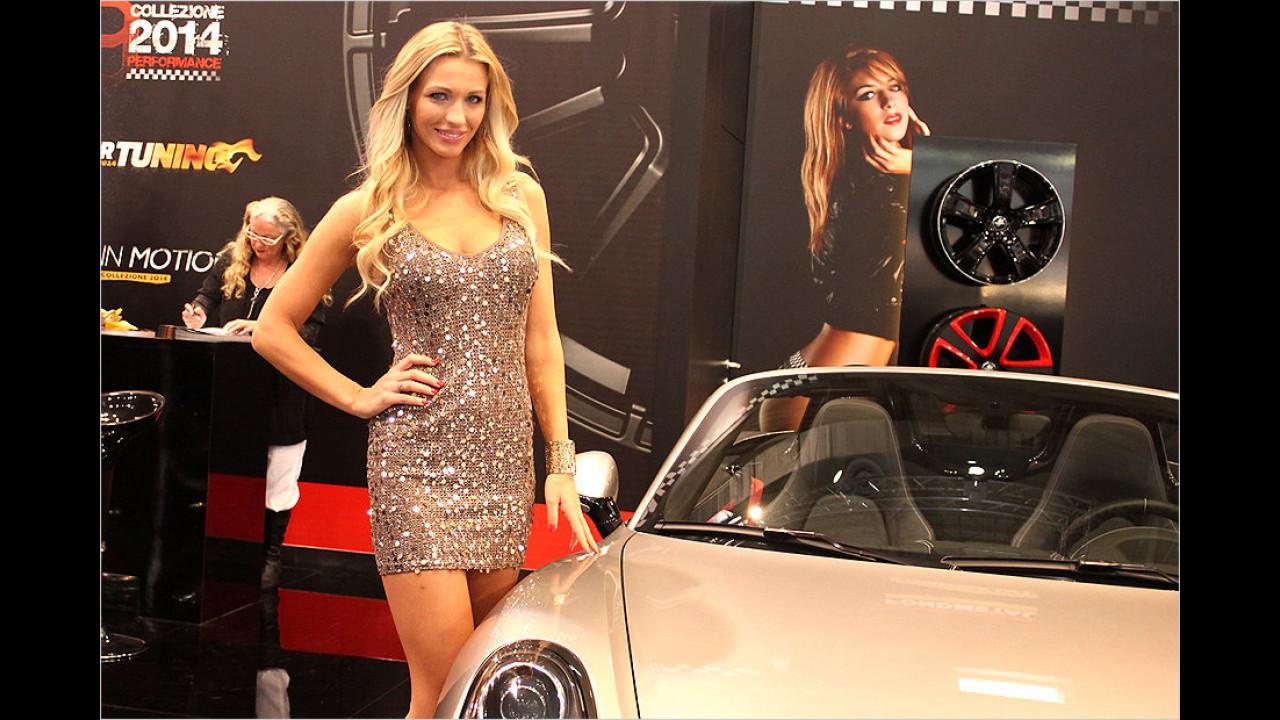 Mädels und Autos wetteifern um die Blicke der Besucher