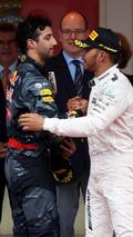 Daniel Ricciardo, Red Bull Racing congratulates Lewis Hamilton, Mercedes AMG F1