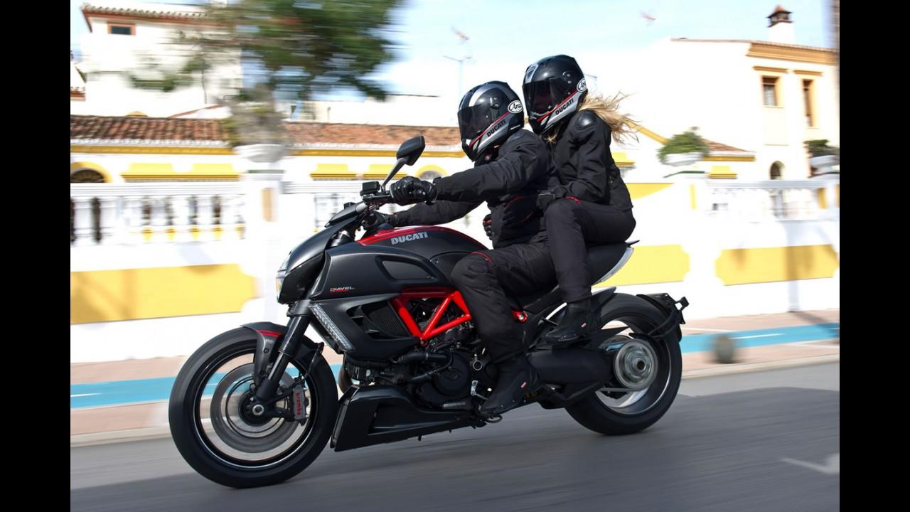 """""""Diavélica"""": Ducati Diavel alia ciclística custom e poderio de esportiva"""