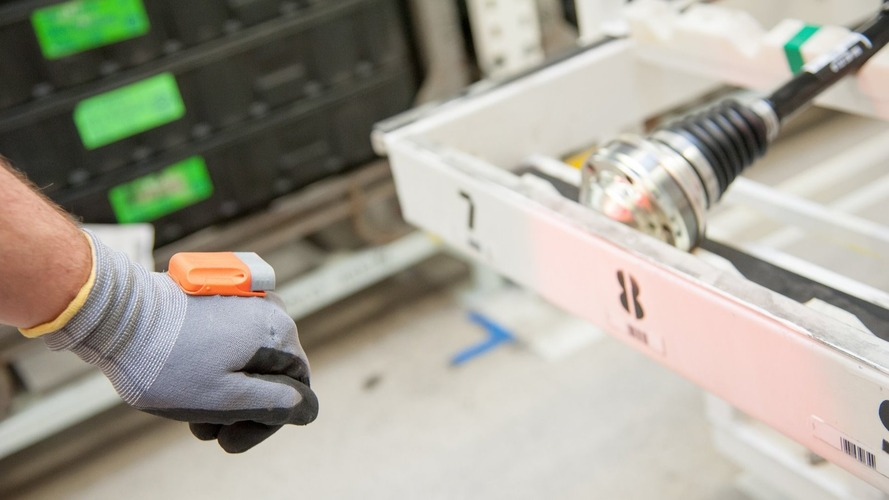 Skoda introduces multi-function electronic gloves to production line
