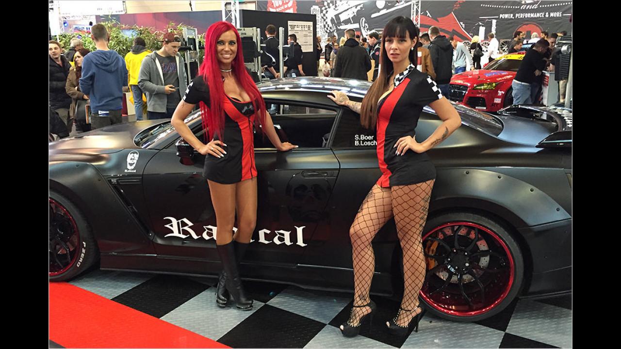 Schwarz-rote Kontraste: Schön, wenn Mode zum Auto passt