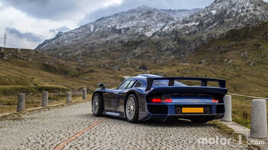 PHOTOS - Une Porsche 911 GT1 pose pour nous dans les Alpes