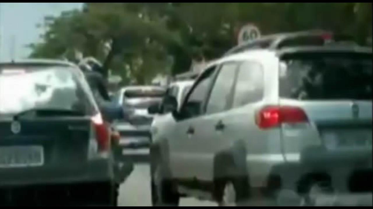 Os donos da Rua: Vídeo mostra motociclista tentando chutar carro e motorista tentando atropelar