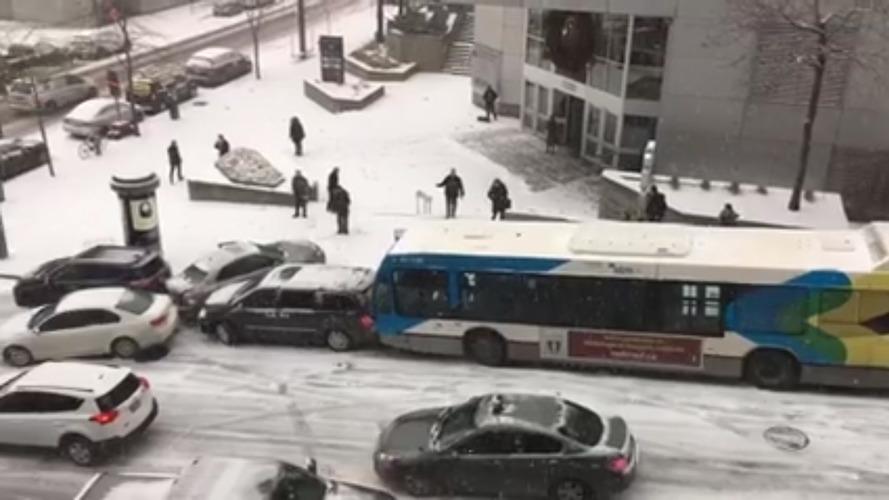 Kanada'da yaşanan kar fırtınası kaosa sebep oldu