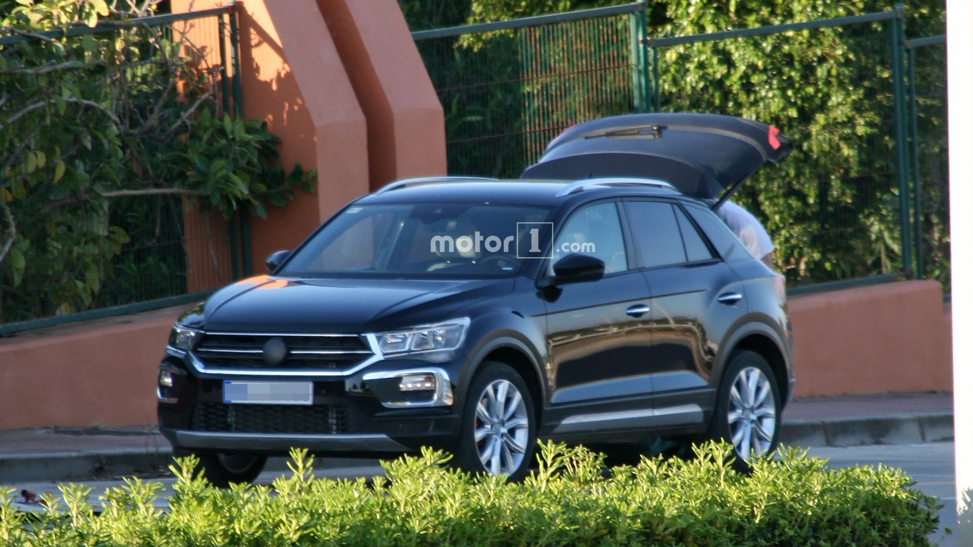 2018 vw t roc spied with very little camouflage. Black Bedroom Furniture Sets. Home Design Ideas