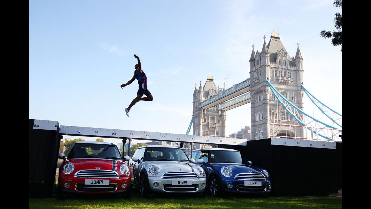 J.J. Jegede salta tre MINI London 2012 Special Edition