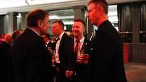 Dick Bennetts habla con Matt Neal y Gordon Shedden