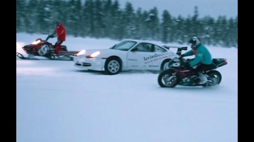 Vídeo: Triumph Daytona, Porsche 911 GT3 e Polaris RMK brincam na neve