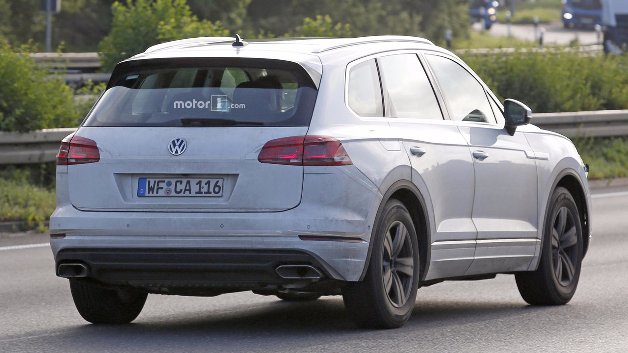 2018 vw touareg returns in new revealing spy shots. Black Bedroom Furniture Sets. Home Design Ideas