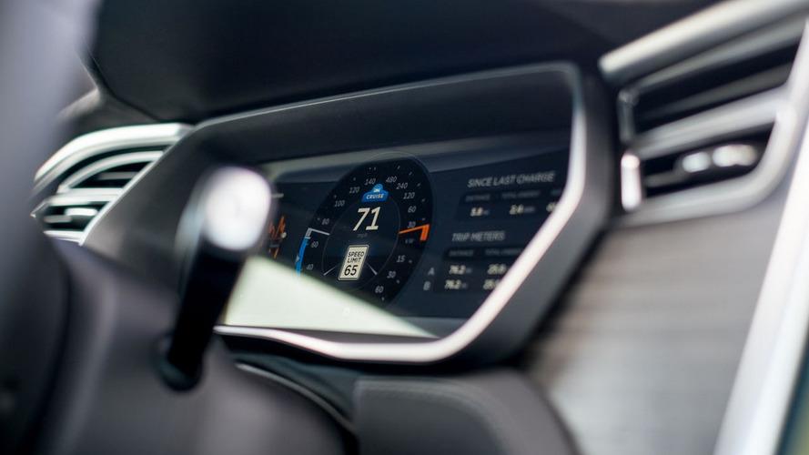Saját fejlesztésű chip irányíthatja a Tesla önvezető rendszerét