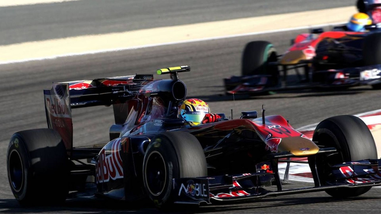 Jaime Alguersuari (ESP), Scuderia Toro Rosso, STR05 leads Sébastien Buemi (SUI), Bahrain Grand Prix, 14.03.2010 Sakhir, Bahrain