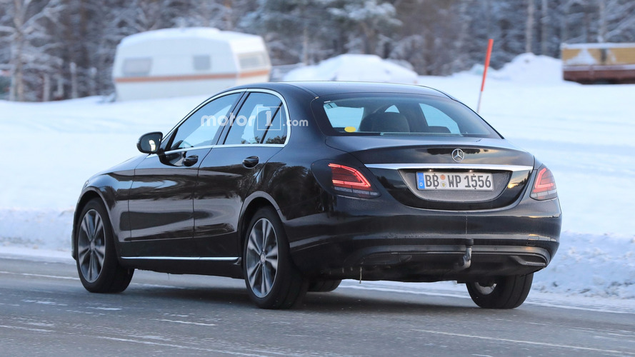 Makyajlı Mercedes C-Serisi yeni arka farlarını sergiledi