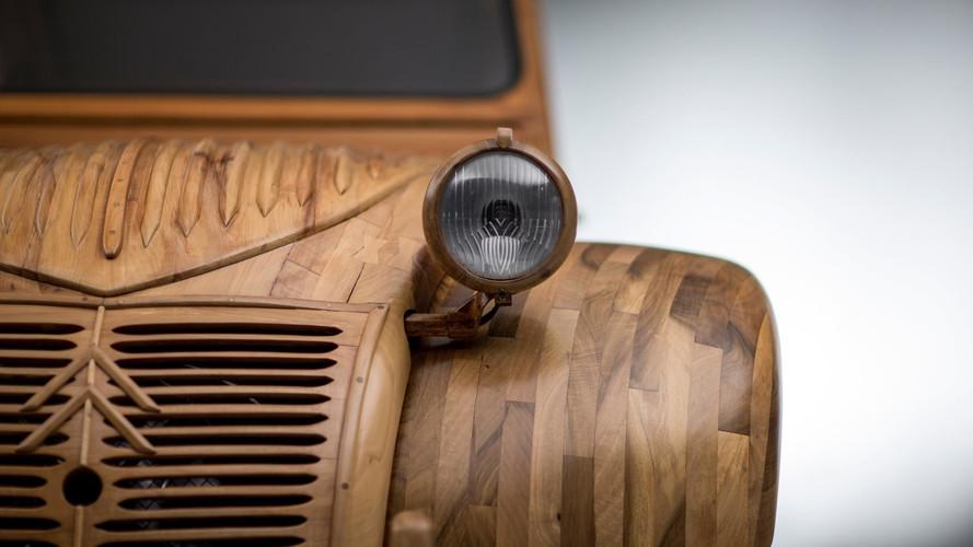 VIDÉO - La Citroën 2 CV en bois est une vraie star